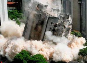 Demolição por explosão assistida