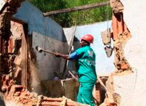 Demolição Mecânica em local de difícil acesso.